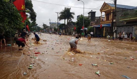 Kho hàng siêu thị ở Sơn La bị lũ cuốn, người dân bất chấp nước chảy siết lao ra vớt