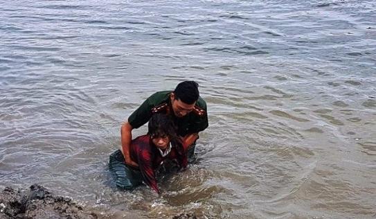 Người phụ nữ mò hến chới với giữa dòng nước sâu may mắn được cứu sống