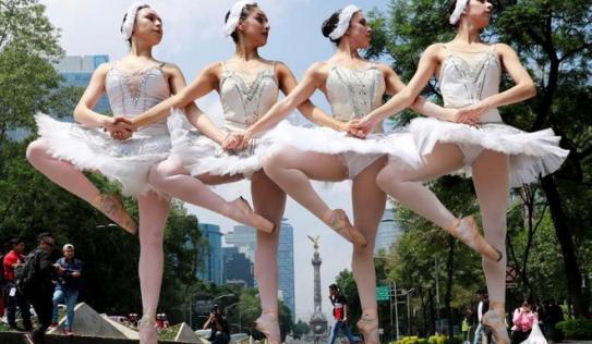 24h qua ảnh: Vũ công trình diễn ba-lê trên đường phố ở Mexico
