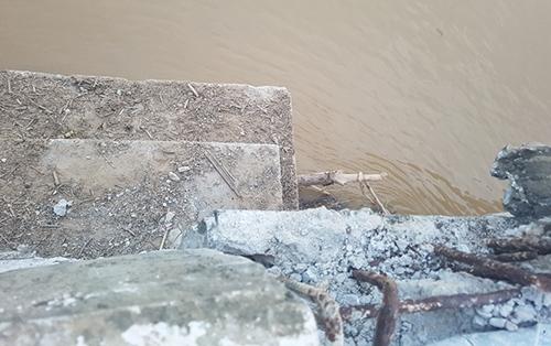 Nước lũ làm dịch chuyển cầu bê tông hơn 200m trên sông Mã