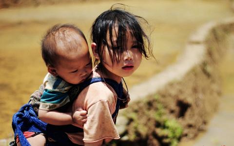 'Tôi đã lớn trên lưng chị cả' - Câu chuyện nhân ngày phụ nữ Việt Nam 20/10 khiến cư dân mạng rơi nước mắt