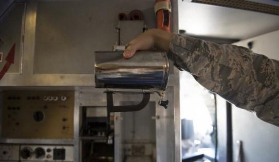 Không quân Mỹ vẫn không thể giải thích vì sao họ chi tới 7 tỷ cho cốc uống cà phê của phi công