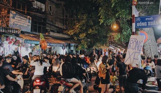Hà Nội và Sài Gòn tràn ngập 'ma quỷ' đêm Halloween: Từ cương thi, vô diện đến phù thủy tưng bừng xuống phố