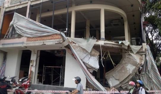 Ban công nhà 2 tầng bất ngờ đổ sập, 2 công nhân bị vùi lấp trong đống đổ nát