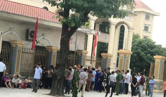 Dân đến trụ sở mong đối thoại với Chủ tịch UBND tỉnh Ninh Bình về xây đài hỏa táng