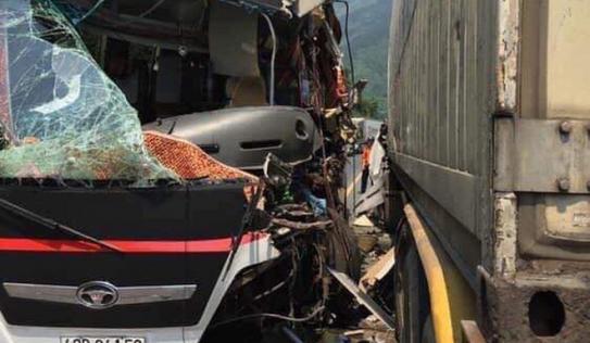 Xe khách đấu đầu container trước cửa hầm Hải Vân, 11 du khách nước ngoài bị thương