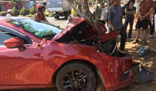 Hiện trường đầy ám ảnh vụ xe rước dâu gặp nạn, dính chặt vào gốc cây ở Đắk Lắk