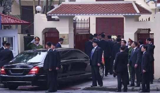 Chủ tịch Kim Jong Un rời khách sạn đến Đại sứ quán Triều Tiên