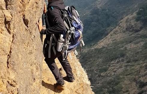 Rùng mình cảnh thanh niên đi bộ trên vách núi cao 1.200m