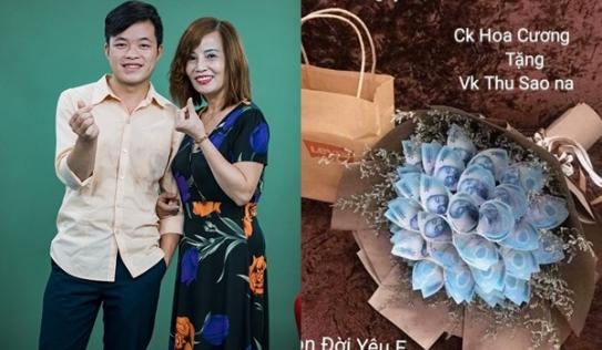 Cô dâu 62 khoe bó hoa bằng tiền được chồng trẻ tặng dịp valentine