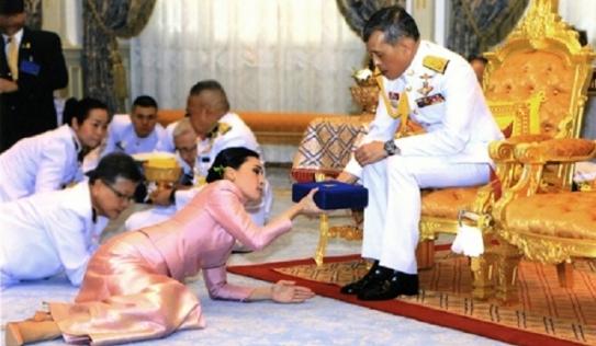 Lý do Hoàng hậu Thái Lan quỳ rạp trước Quốc vương trong đám cưới