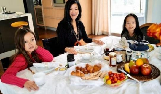 Hé lộ cuộc sống sang chảnh của diva Hồng Nhung và cặp song sinh trong biệt thự ở Mỹ