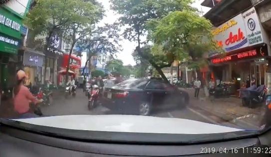 Đi ngược chiều bị nhắc nhở, tài xế Camry hùng hổ lao xuống xe gặp ngay trận 'mưa' đòn