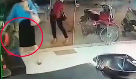 'Quý bà' ăn mặc sang chảnh thản nhiên trộm túi xách ở tiệm cắt tóc
