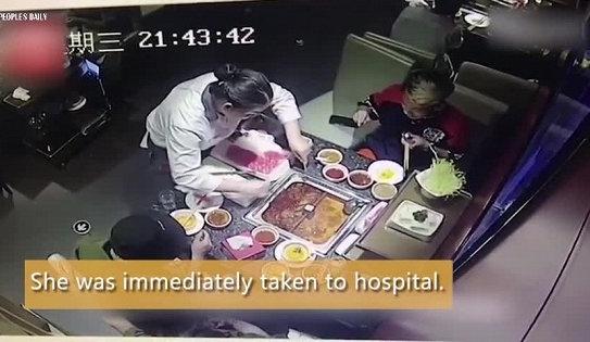 Nồi lẩu phát nổ, bắn tung tóe khi nhân viên cố mò bật lửa cho khách