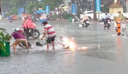 Dùng xô hứng nước mưa dập xe máy đang cháy, việc làm của 3 người đàn ông thành công Dã tràng