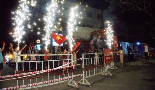 Người dân sống quanh bar New Phương Đông reo hò, vui như Tết trong đêm gỡ phong tỏa