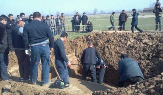 Đào mộ cho mẹ, thanh niên phát hiện hố sâu trong vườn giúp mở cửa mật thất chứa mộ cổ