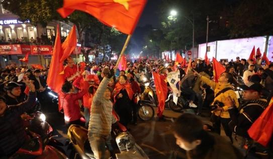 Sắc đỏ phủ kín, cả nước Việt Nam ăn mừng chiếc HCV của thầy trò HLV Park Hang Seo
