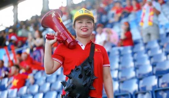 Bị tấn công FB, nữ CĐV 'bay lên trời' tuyên bố vẫn sẽ hát để để giúp các cầu thủ bình tĩnh
