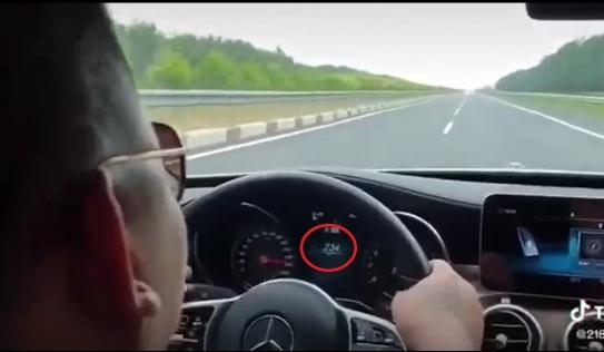 Cảnh sát truy tìm tài xế Mercedes chạy tốc độ kinh hoàng trên cao tốc
