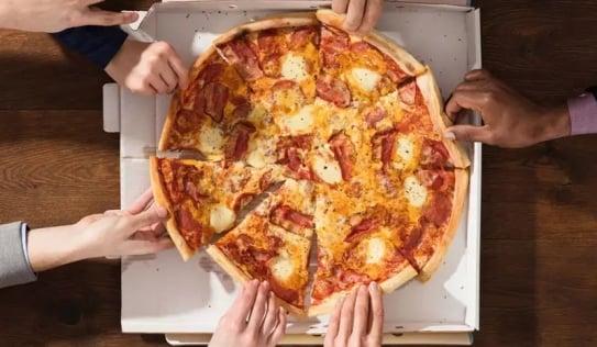 Tại sao pizza có hình tròn, đặt trong hộp hình vuông?