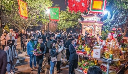 Người Hà Nội đeo khẩu trang đi lễ chùa xin lộc đầu năm