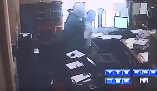 Clip: Cận cảnh quá trình gây án của đối tượng cướp ngân hàng Agribank ở Phú Thọ