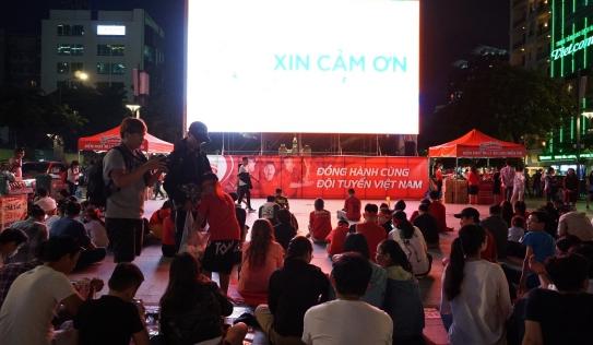 Phố đi bộ Nguyễn Huệ lắp 5 màn hình LED phục vụ người dân cổ vũ trận Việt Nam - Thái Lan