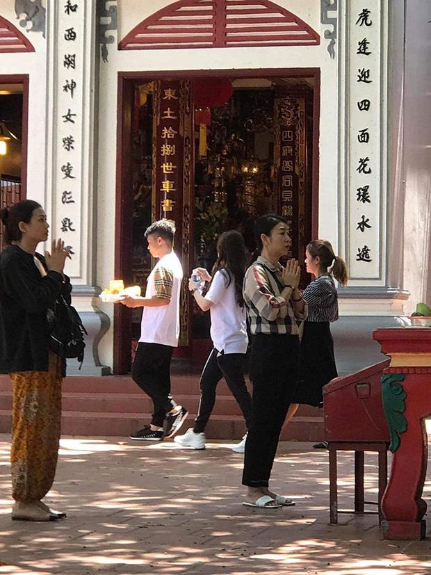 Quang Hải và Huỳnh Anh lần đầu xuất hiện sau lùm xùm, tay trong tay đi lễ Phủ Tây Hồ 1