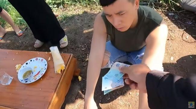 Sau Hưng Vlog, Thơ Nguyễn, đến lượt kênh Youtube Tiến Black bất chấp dư luận đăng video nhảm nhí 4