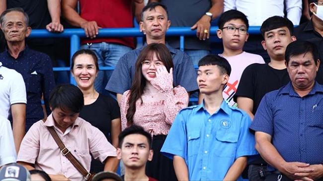 Quang Hải và Huỳnh Anh lần đầu xuất hiện sau lùm xùm, tay trong tay đi lễ Phủ Tây Hồ 3