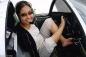 Thán phục người phụ nữ không tay lái máy bay bằng chân