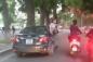Video: 6 cô gái lắc lư, gào rú trên xế hộp chạy quanh hồ Gươm