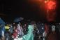 Mưa như trút nước, hàng ngàn người vẫn đội mưa xem bắn pháo hoa