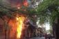 Cột điện cháy dữ dội trên phố Lê Trọng Tấn