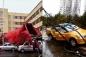 Gió mạnh giật tung mái tôn nhà cao tầng tại Trung Quốc