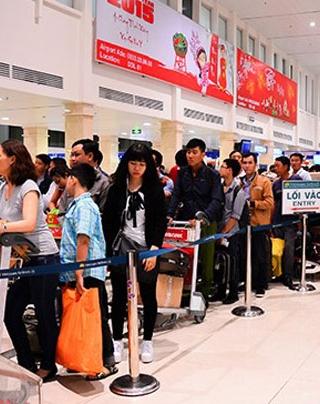 Vòi tiền ở sân bay: Nhân viên tự thò tay vào túi hành khách lấy tiền?