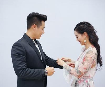 Hình ảnh Nguyên Khang thân thiết như tình nhân với nữ MC xinh đẹp VTV số 6