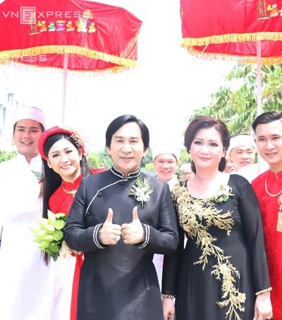 Hình ảnh Kim Tử Long cùng 2 người vợ rạng rỡ đưa con gái về nhà chồng số 4