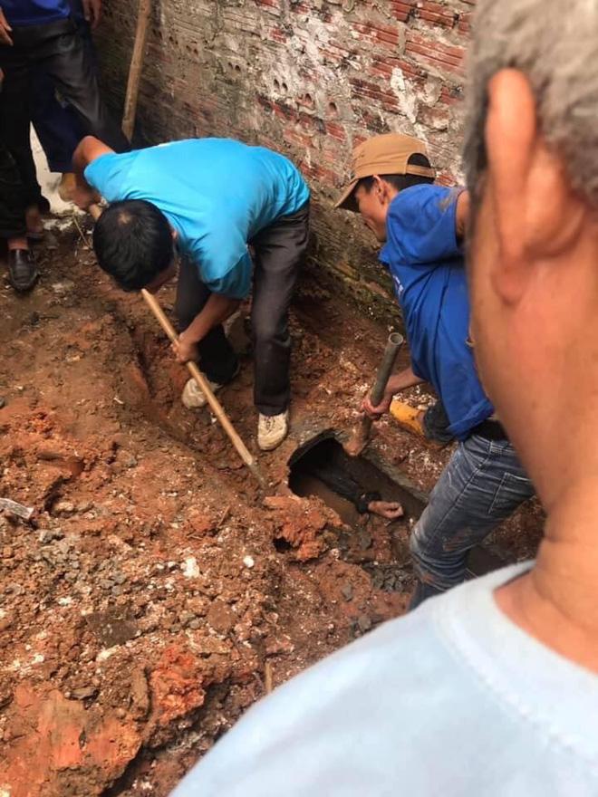 Dân làng dùng búa đập ống cống giải cứu nam thanh niên bị mắc kẹt 1