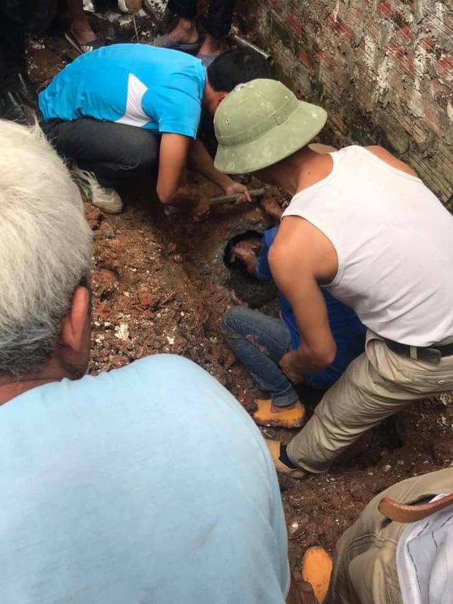 Dân làng dùng búa đập ống cống giải cứu nam thanh niên bị mắc kẹt 2