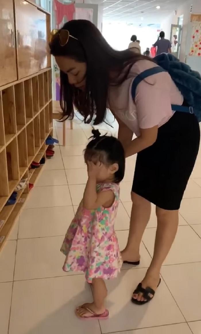 Xúc động con gái Phạm Quỳnh Anh vừa khóc vừa vẫy tay chào mẹ 1