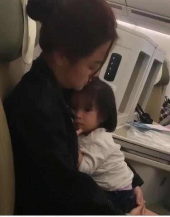 Xúc động con gái Phạm Quỳnh Anh vừa khóc vừa vẫy tay chào mẹ 2