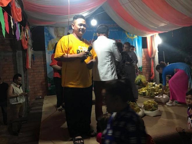 Nóng: Minh Béo hào hứng đăng ảnh chụp với nhiều em nhỏ 2