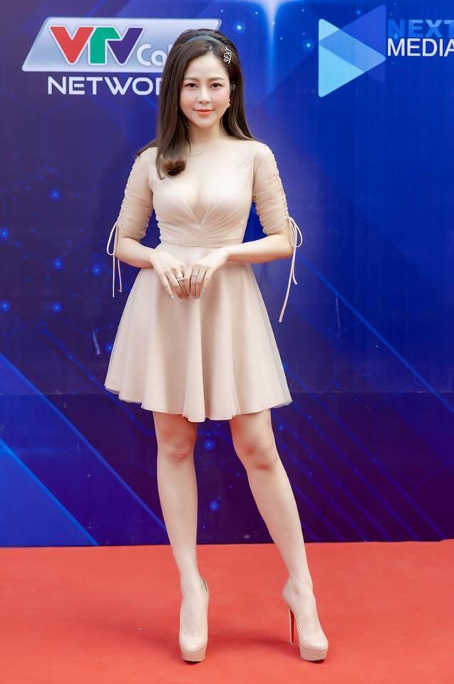 Mặc phản cảm đi sự kiện, hot girl Trâm Anh bị cư dân mạng chỉ trích 2