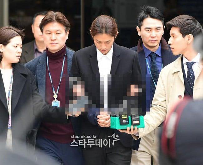 Vụ mua dâm xuyên quốc gia: Jung Joon Young bị còng tay đưa đến phòng giam 1