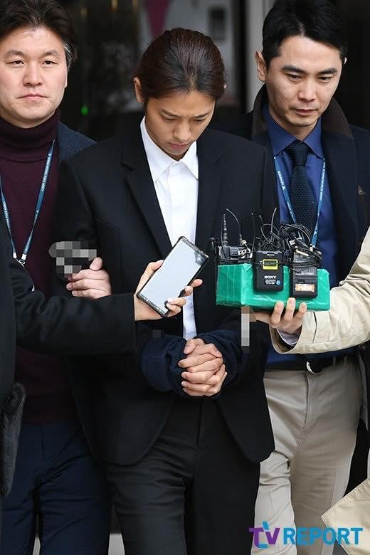 Vụ mua dâm xuyên quốc gia: Jung Joon Young bị còng tay đưa đến phòng giam 2