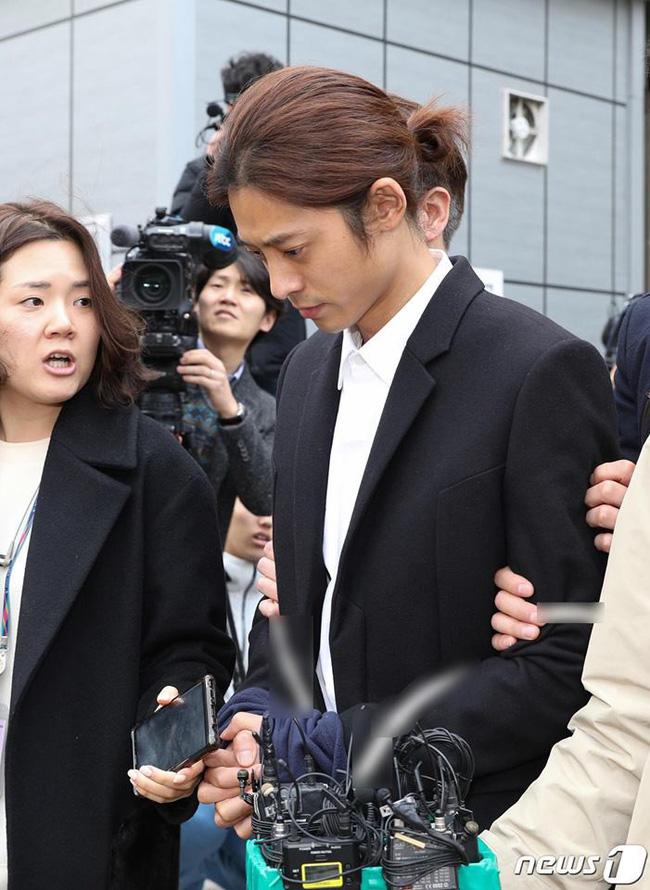 Vụ mua dâm xuyên quốc gia: Jung Joon Young bị còng tay đưa đến phòng giam 3