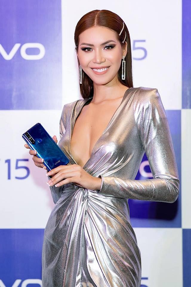 Minh Tú 'đốt mắt' với bộ váy hững hờ khoe vòng 1 1